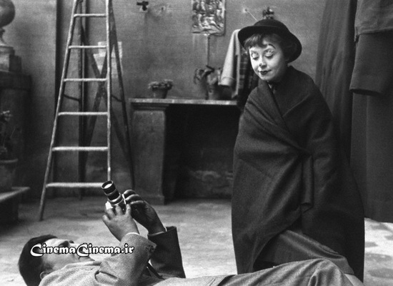 ۱۹۵۵، با همسر بازیگرش جولیتا ماسینا سر صحنه فیلم «جاده»