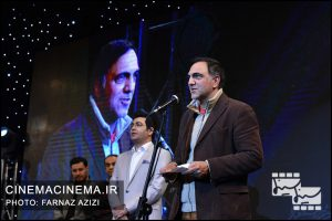 از راست حسن فتحی، فرزاد حسنی و جواد عزتی در دوازدهمین جشن منتقدان و نویسندگان سینما