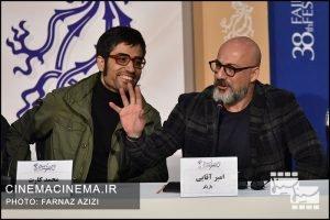 از راست امیر آقایی و محمد کارت در نشست خبری عوامل فیلم شنای پروانه در سی و هشتمین جشنواره فیلم فجر