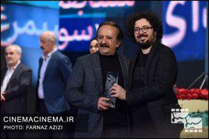از راست هومن بهمنش و مجید مجیدی در آیین اختتامیه سی و هشتمین جشنواره فیلم فجر