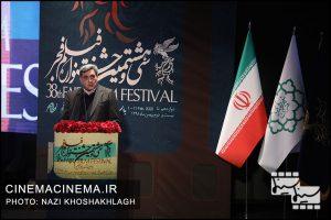 پیروز حناچی، شهردار تهران در آیین اختتامیه سی و هشتمین جشنواره فیلم فجر