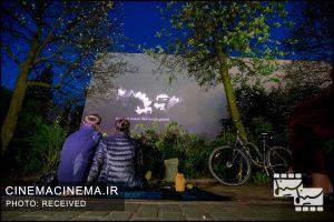 این پروژه خلاقانه نمایش فیلم در برلین توانسته است با ابزار سینما، مردم را در دوره قرنطینه در حالی که در خانههایشان هستند، دور هم جمع کند. آنها فیلم را روی دیوار یک ساختمان پخش میکنند به طوری که تمام ساکنان یک بلوک بتوانند راحت تماشا کنند.