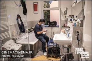 یکی از اعضای این پروژه در وان کوچک حمام نشسته است تا تجهیزات نمایش فیلم را آماده کند. تجهیزات صوتی باید طوری قرار داده شود که همسایهها، صدای فیلم را از پنجرهها و بالکن خانههایشان بشنوند.