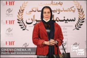 آزیتا موگویی، تهیه کننده و کارگردان در فرش قرمز آیین تجلیل از افتخارآفرینان سینمای ایران در عرصه بینالملل