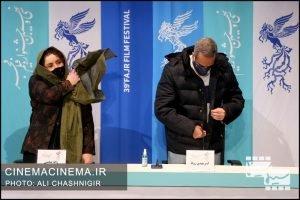 از راست امیرمهدی ژوله و ژاله صامتی در نشست خبری فیلم شیشلیک در سی و نهمین جشنواره فیلم فجر