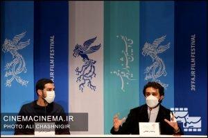 از راست وحید رهبانی و حسین دارابی در نشست خبری فیلم مصلحت در سی و نهمین جشنواره فیلم فجر