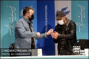 از راست علیرضا نصاری و کامبیز دیرباز در نشست خبری فیلم تک تیرانداز در سی و نهمین جشنواره فیلم فجر