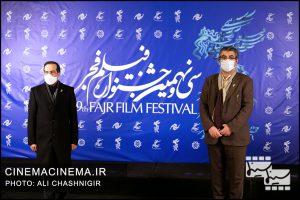 از راست سیدمحمدمهدی طباطبایینژاد، دبیر جشنواره فیلم فجر و حسین انتظامی، رییس سازمان سینمایی در سی و نهمین جشنواره فیلم فجر