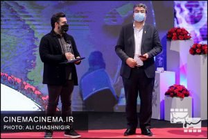 از راست سیدمحمدمهدی طباطبایی نژاد و مطفی کیایی در مراسم اختتامیه سی و نهمین جشنواره فیلم فجر