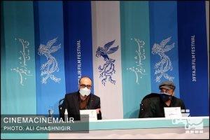 از راست رضا عطاران و روح الله حجازی در نشست روشن در سی و نهمین جشنواره فیلم فجر