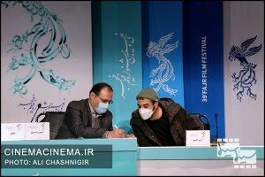 از راست آرش انیسی و حمیدرضا مدقق در نشست خبری فیلم مامان در سی و نهمین جشنواره فیلم فجر